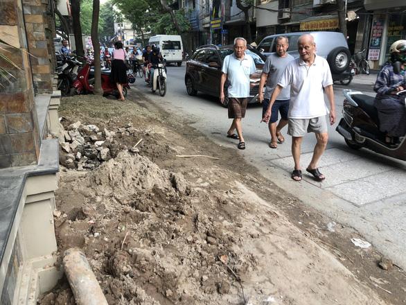 Con đường đau khổ ở Hà Nội vì đào lên lấp xuống - Ảnh 7.