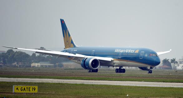 Ống lồng va vào động cơ Boeing của Vietnam Airlines, hành khách mắc kẹt tại Nga - Ảnh 1.