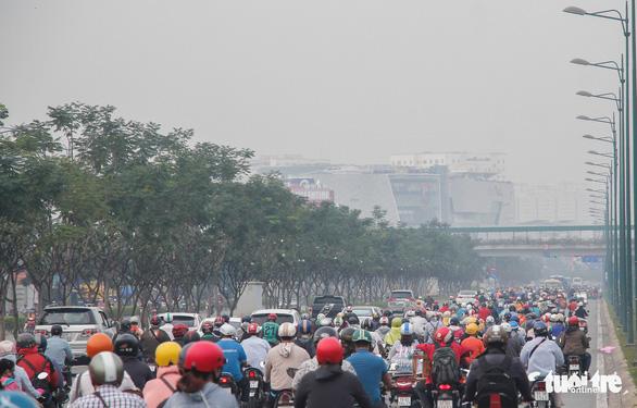 TP.HCM xuất hiện sương mù, báo động ô nhiễm không khí - Ảnh 1.