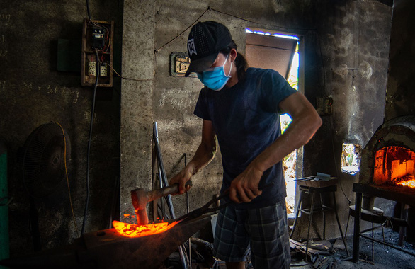 Lửa nghề truyền mãi ngàn sau - Kỳ 5: Chàng thợ rèn lãng tử - Ảnh 3.