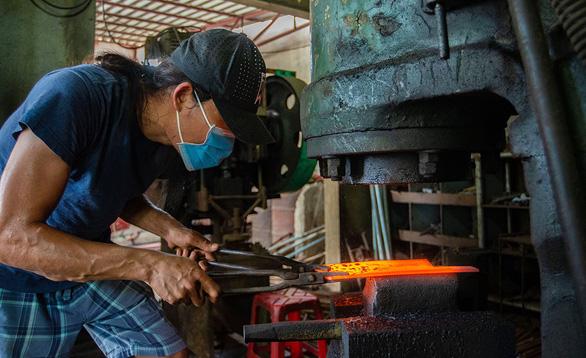 Lửa nghề truyền mãi ngàn sau - Kỳ 5: Chàng thợ rèn lãng tử - Ảnh 1.