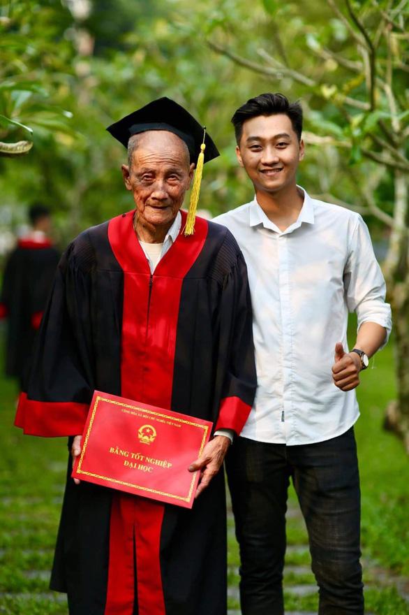 Mặc áo cử nhân cho ông nội trong ngày tốt nghiệp để tỏ lòng biết ơn - Ảnh 1.