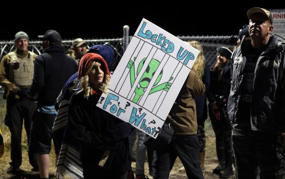 3.000 người đổ xô đến căn cứ Mỹ ở sa mạc xem người ngoài hành tinh - Ảnh 3.