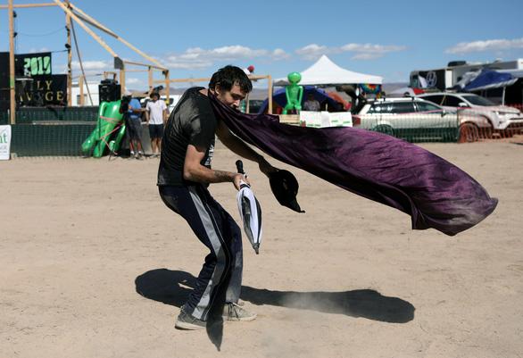 3.000 người đổ xô đến căn cứ Mỹ ở sa mạc xem người ngoài hành tinh - Ảnh 1.