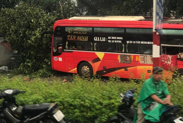 Hàng chục người kêu cứu trong xe đò bị nạn, 6 người bị thương - Ảnh 1.