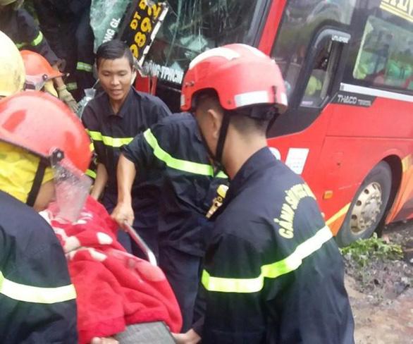 Hàng chục người kêu cứu trong xe đò bị nạn, 6 người bị thương - Ảnh 2.
