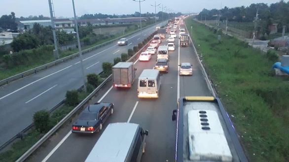 2 vụ tông xe liên tiếp khiến cao tốc TP.HCM - Trung Lương ùn ứ - Ảnh 1.