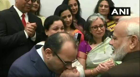 Thủ tướng Ấn Độ được hôn tay, chào đón như siêu sao ở Mỹ - Ảnh 2.