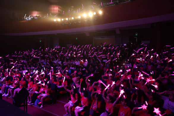 Dù mưa to dai dẳng, live concert của Hari Won vẫn không một ghế trống - Ảnh 8.