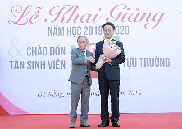 Viện trưởng du lịch ĐH Duy Tân nhận giải thành tựu cuộc đời của Tổng thống Hàn Quốc - Ảnh 1.