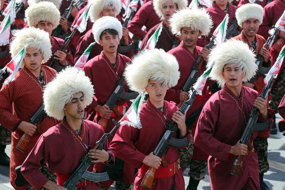 Iran rầm rộ duyệt binh khoe vũ khí tối tân - Ảnh 3.