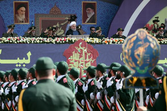 Iran rầm rộ duyệt binh khoe vũ khí tối tân - Ảnh 1.