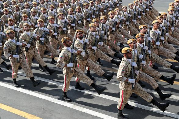 Iran rầm rộ duyệt binh khoe vũ khí tối tân - Ảnh 2.