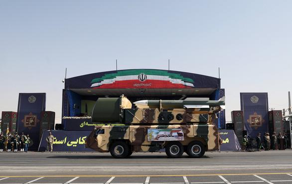 Iran rầm rộ duyệt binh khoe vũ khí tối tân - Ảnh 6.