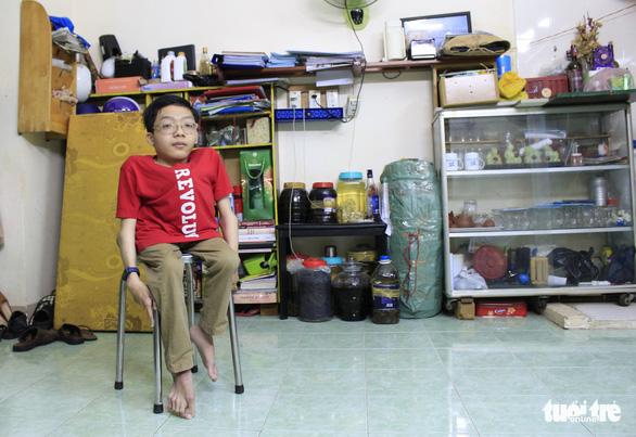 14 năm đi học trên vai cha vì chứng xương quằn - Ảnh 8.