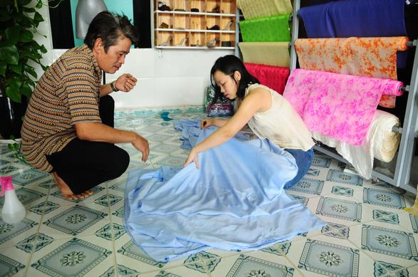 Lửa nghề truyền mãi ngàn sau - Kỳ 7: Truyền nhân làng lụa Mã Châu - Ảnh 3.