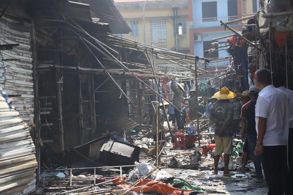 Cháy chợ Tó ở Đông Anh, nhiều gian hàng bị thiêu rụi - Ảnh 7.