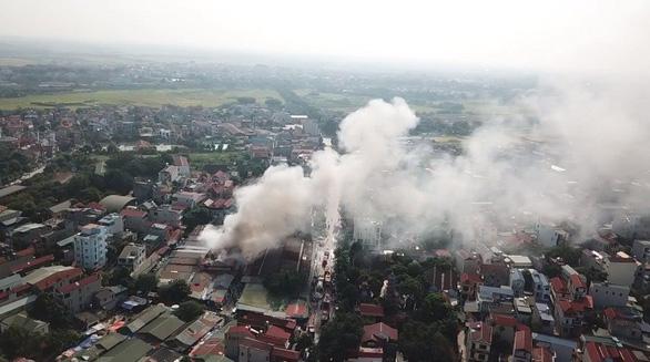 Cháy chợ Tó ở Đông Anh, nhiều gian hàng bị thiêu rụi - Ảnh 2.