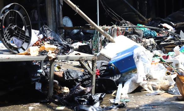 Cháy chợ Tó ở Đông Anh, nhiều gian hàng bị thiêu rụi - Ảnh 8.