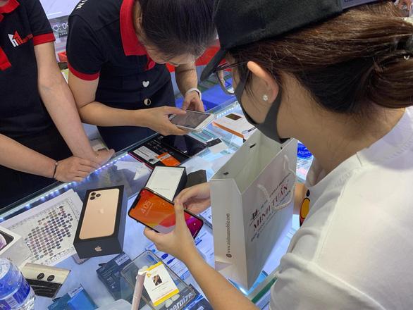 Hàng ngàn khách đặt cọc mua iPhone giá 40-50 triệu, đắt hơn nước ngoài - Ảnh 1.