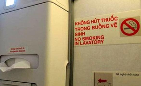 Máy bay báo khói vì khách lén hút thuốc trong buồng vệ sinh - Ảnh 1.