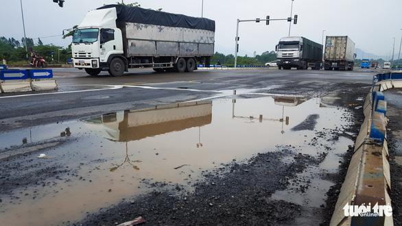 Sau mưa, đường nối cao tốc Đà Nẵng - Quảng Ngãi lộ đầy ổ gà, sống trâu - Ảnh 2.