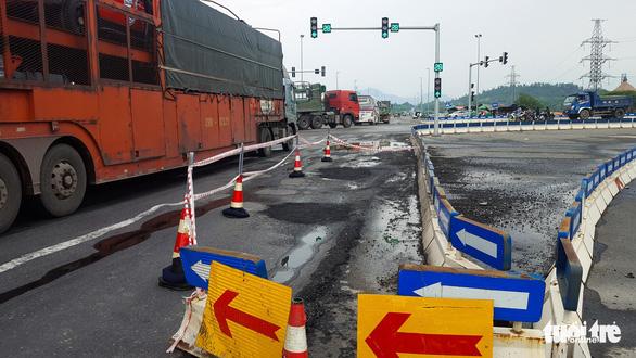 Sau mưa, đường nối cao tốc Đà Nẵng - Quảng Ngãi lộ đầy ổ gà, sống trâu - Ảnh 4.