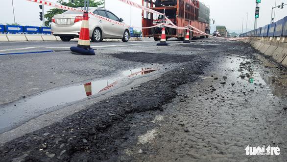 Sau mưa, đường nối cao tốc Đà Nẵng - Quảng Ngãi lộ đầy ổ gà, sống trâu - Ảnh 1.