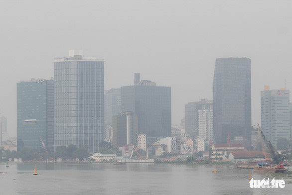 10 ngày nay dải hội tụ vắt qua Nam bộ khiến TP.HCM mưa nhiều, sương mù ô nhiễm - Ảnh 1.