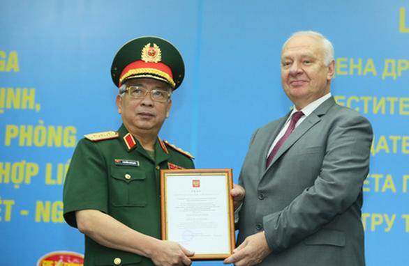 Thượng tướng Nguyễn Chí Vịnh nhận Huân chương Hữu nghị của Liên bang Nga - Ảnh 1.