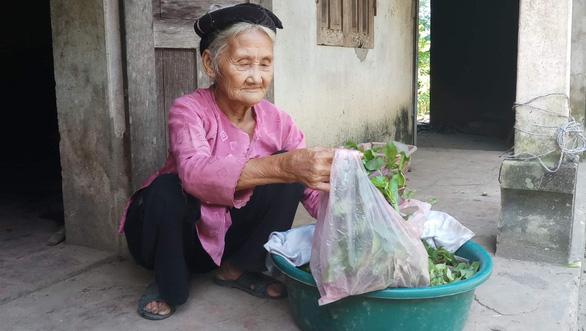 Cụ bà 83 tuổi có 11 người con, tự đạp xe lên xã xin… thoát nghèo - Ảnh 1.