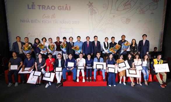 Biên kịch điện ảnh Việt  thừa sức trẻ, thiếu chuyên môn - Ảnh 1.