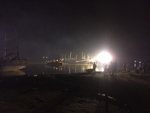Nổ tàu cá ở Thanh Hóa, 3 người mất tích, 5 người bị thương nặng - Ảnh 1.