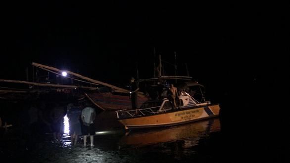 Nổ tàu cá ở Thanh Hóa, 3 người mất tích, 5 người bị thương nặng - Ảnh 2.