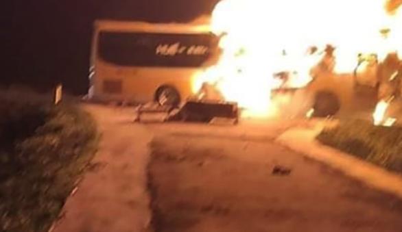 13 người chạy thoát khỏi xe giường nằm đang cháy dữ dội - Ảnh 1.