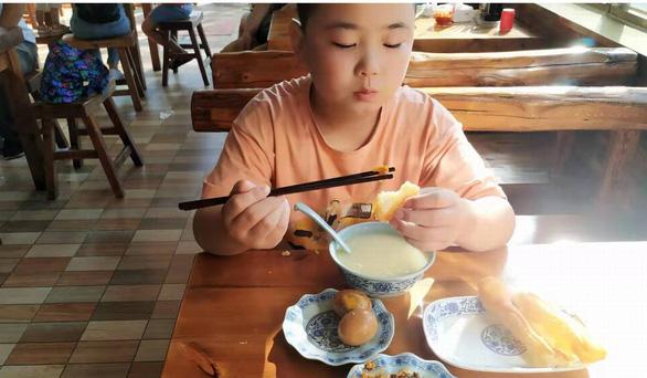 Bé trai 11 tuổi chủ động tăng cân 18kg để cứu cha bị ung thư máu - Ảnh 2.
