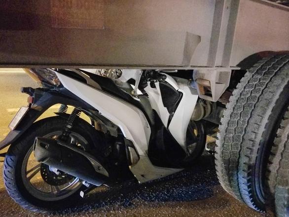 Tông đuôi container đậu bên đường, một người đi xe máy tử vong - Ảnh 2.