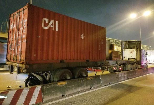 Tông đuôi container đậu bên đường, một người đi xe máy tử vong - Ảnh 1.