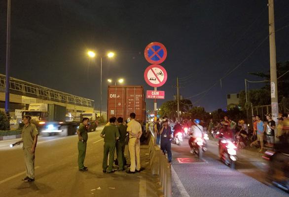 Tông đuôi container đậu bên đường, một người đi xe máy tử vong - Ảnh 3.