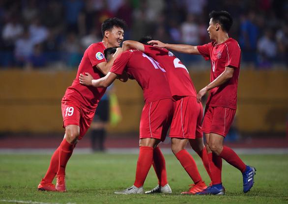 HLV Chu Đình Nghiêm bảo vệ Bùi Tiến Dũng sau pha bắt bóng hỏng - Ảnh 3.