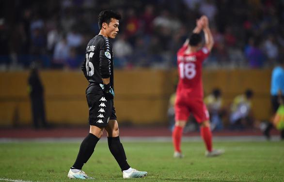 HLV Chu Đình Nghiêm bảo vệ Bùi Tiến Dũng sau pha bắt bóng hỏng - Ảnh 1.