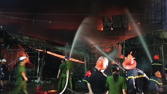 Cháy dữ dội trung tâm điện máy, cứu hỏa vất vả vì kẹt xe - Ảnh 5.