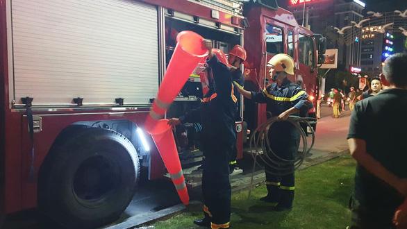 Cháy dữ dội trung tâm điện máy, cứu hỏa vất vả vì kẹt xe - Ảnh 4.
