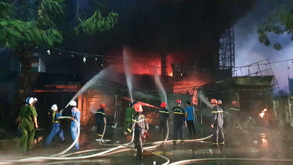 Cháy dữ dội trung tâm điện máy, cứu hỏa vất vả vì kẹt xe - Ảnh 3.