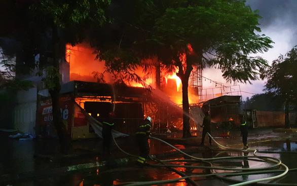 Cháy dữ dội trung tâm điện máy, cứu hỏa vất vả vì kẹt xe - Ảnh 1.