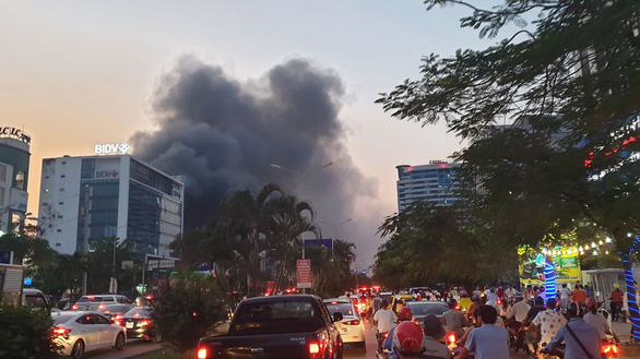 Cháy dữ dội trung tâm điện máy, cứu hỏa vất vả vì kẹt xe - Ảnh 2.