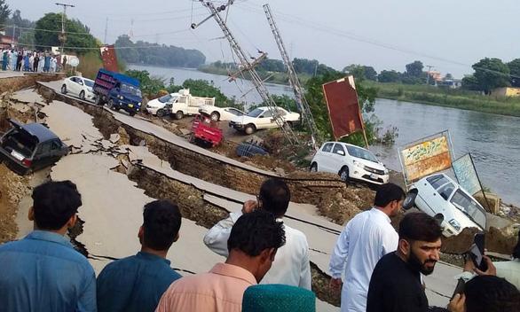 Động đất rung chuyển Pakistan, hơn 700 người thương vong - Ảnh 1.