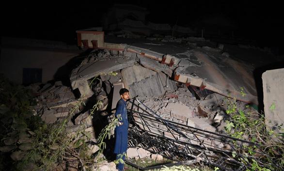 Động đất rung chuyển Pakistan, hơn 700 người thương vong - Ảnh 4.