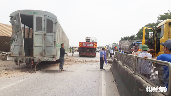 Đường sắt đã thông tuyến sau vụ tàu hàng đâm xe tải ở Nghệ An - Ảnh 1.