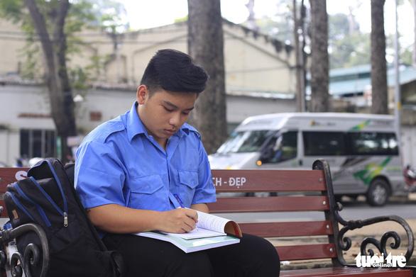 Chàng sinh viên đến trường bằng tình thương của ông bà - Ảnh 1.